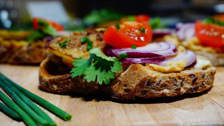 Humuszos, sült padlizsános szendvics, a sietős napokra